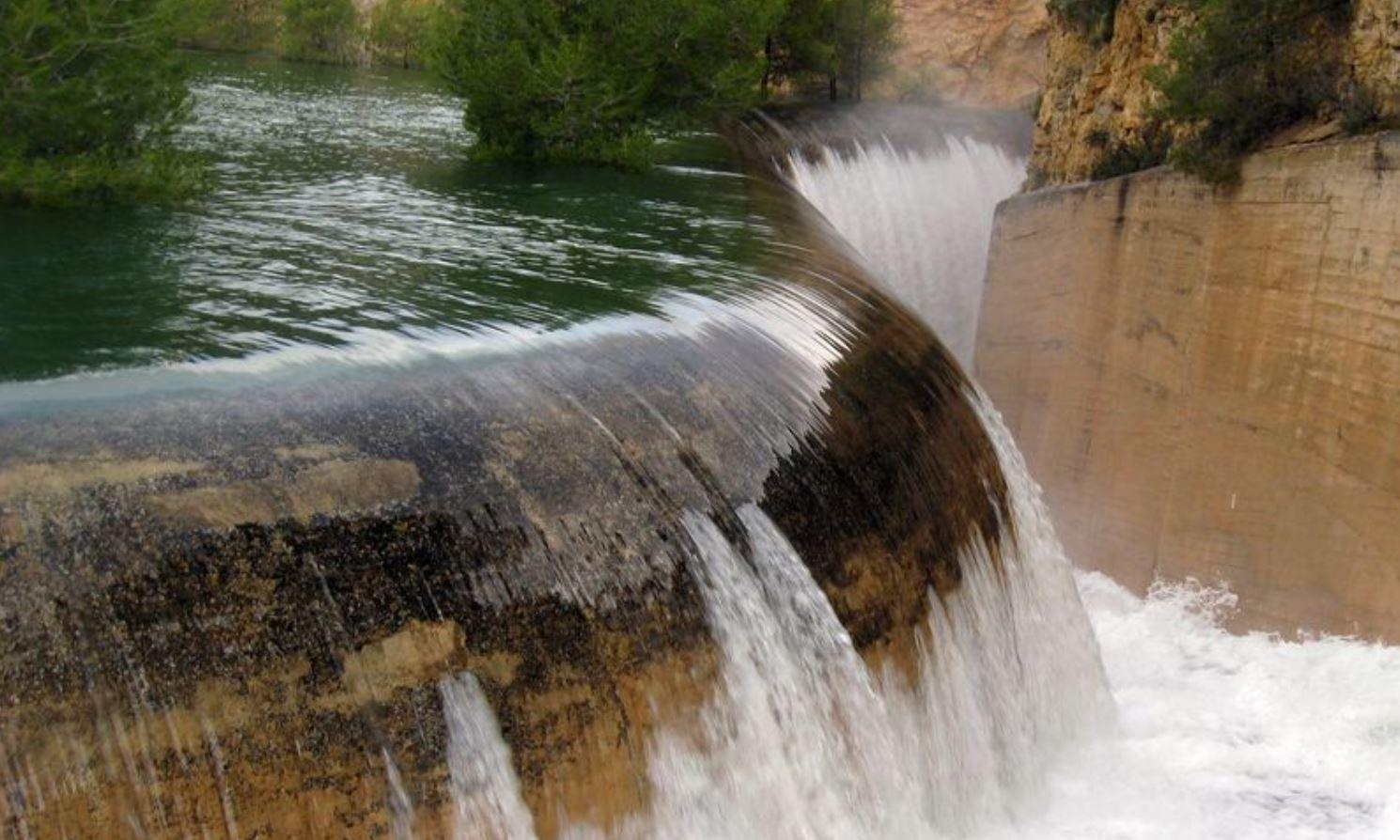 Aliviadero lateral de labio fijo del embalse de la Fuensanta en el río Segura