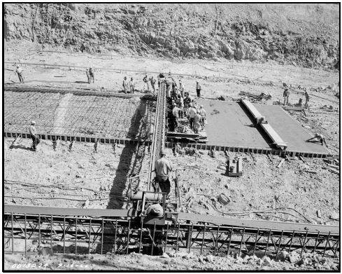 Ejecución de la losa del canal del aliviadero de servicio de la presa de Oroville