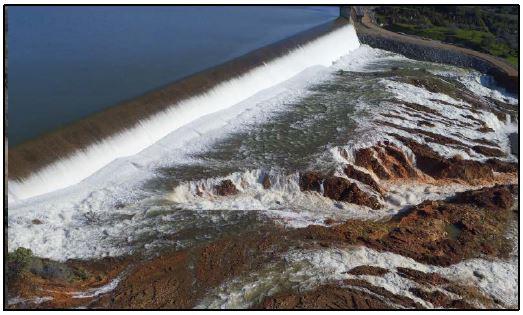 Erosión debido al vertido aguas abajo del aliviadero de emergencia el 12 de febrero de 2017
