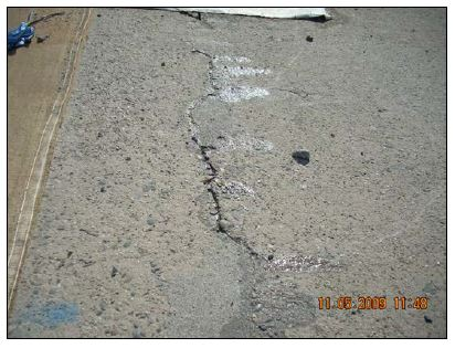 Grieta en la losa del canal del aliviadero de servicio sobre dren existente